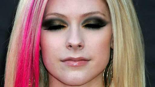Avril Lavigne de olhos fechados, a demonstrar o que digo sobre sombras diferentes em ocasiões especiais.